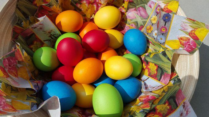 Звідки взялась традиція фарбувати яйця та до чого тут капуста, шпинат і фіалка