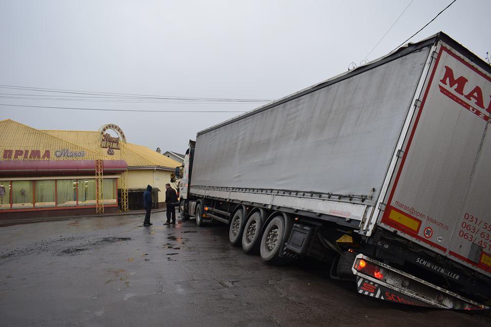 У Берегові вантажівка з'їхала у кювет