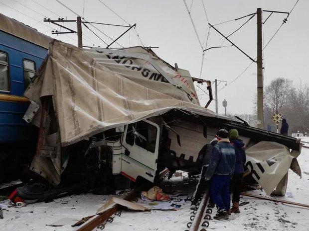 Пасажирський потяг Лисичанськ-Ужгород зніс вантажівку залишивши з неї купу брухту