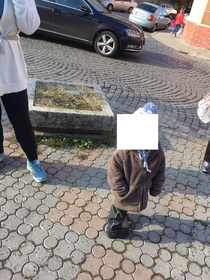 Посеред вулиці у центрі Мукачева помітили дворічну дитину