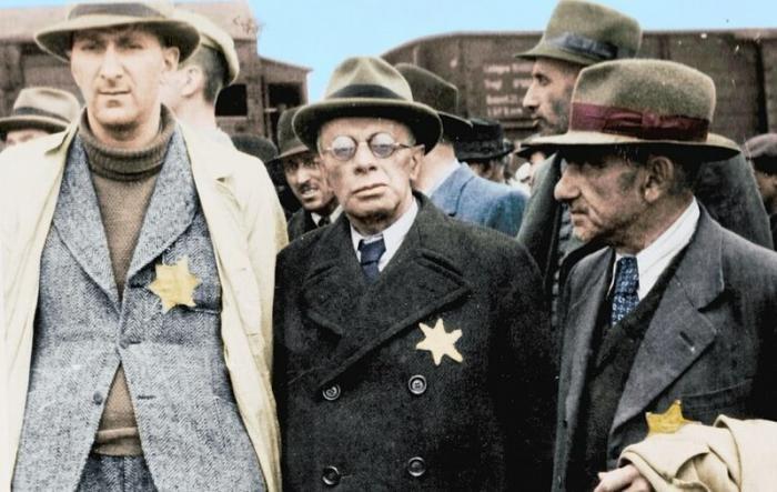 Троє єврейських чоловіків, доставлених у Освенцим