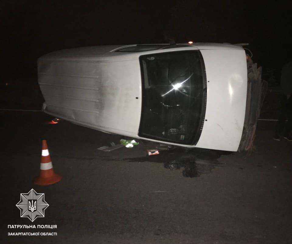 На трасі мікроавтобус в'їхав у відбійник та перекинувся: фото з місця події