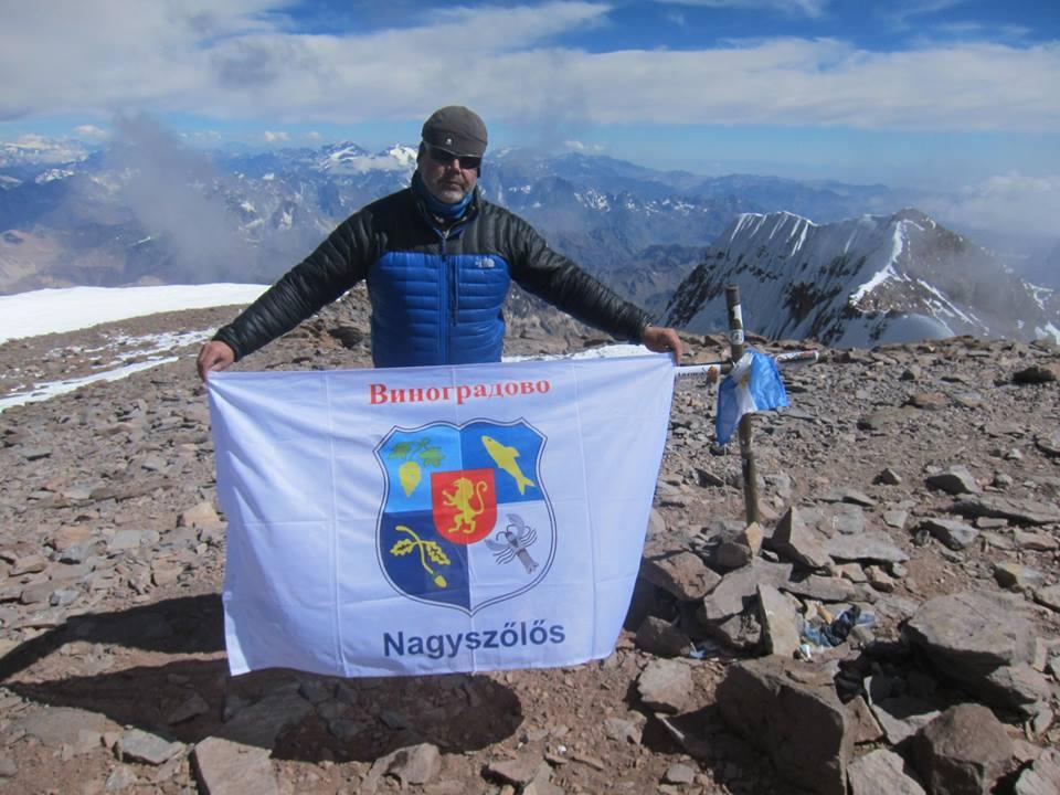 Закарпатець підняв прапор Виноградова на найвищій горі Південної Америки – Аконкагуа