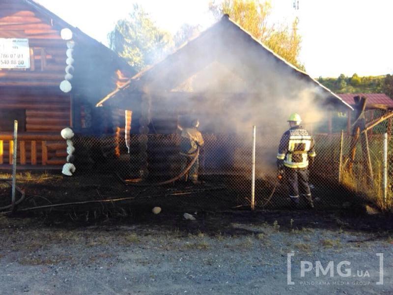 Фотофакт! На виїзді з Мукачева горять дерев'яні будиночки