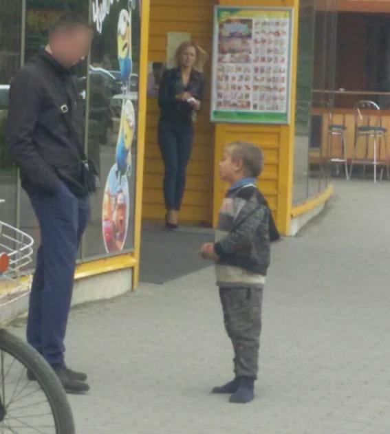 «Стоп дитячому жебракуванню!» 8-річний закарпатець просив гроші на нове взуття