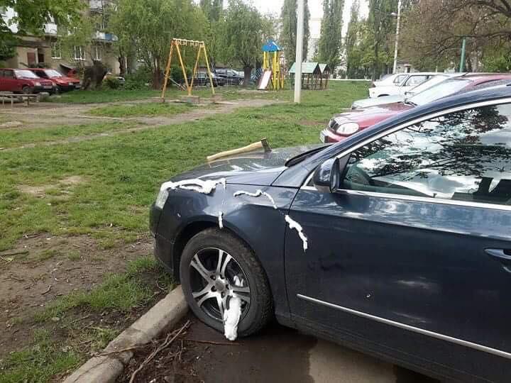 Активісту розрубали автівку сокирою