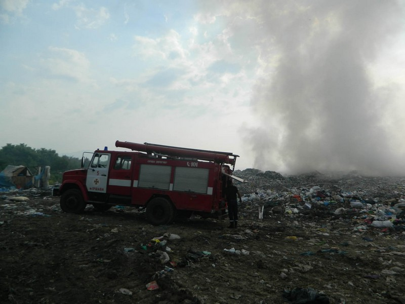 В Іршавському районі триває гасіння пожежі насміттєзвалищі