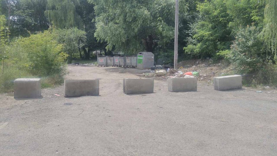 На набережній в центрі Ужгорода встановили обмежувачі руху