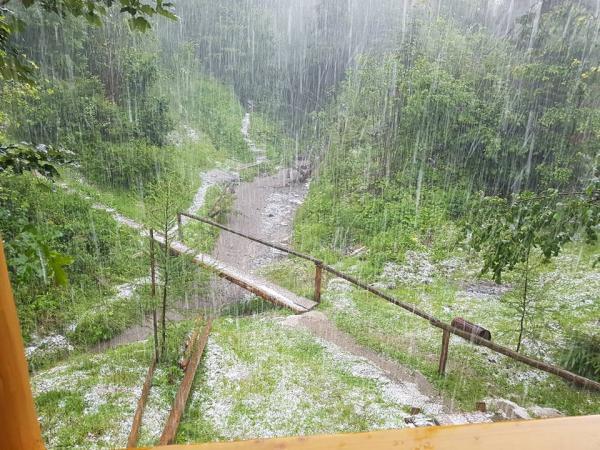 Аномальна погода на Воловеччині: посеред літа падав дощ з градом та мокрим снігом