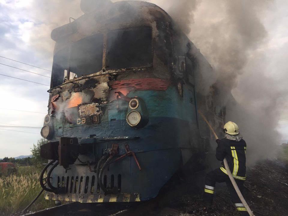На Хустщині на ходу загорівся приміський потяг