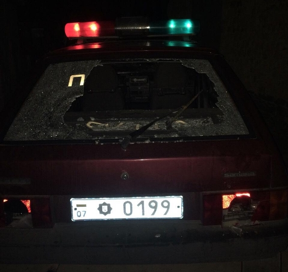 Під час патрулювання поліцейським палицею побили службову машину