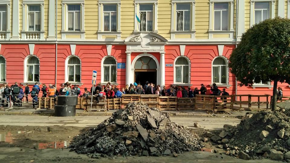 Надзвичайна подія в ужгородській школі: дітей евакуйовують через невідомий газ, деяких забрала швидка