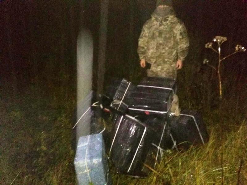Невідомі намагалися переправити через кордон 4500 пачок сигарет