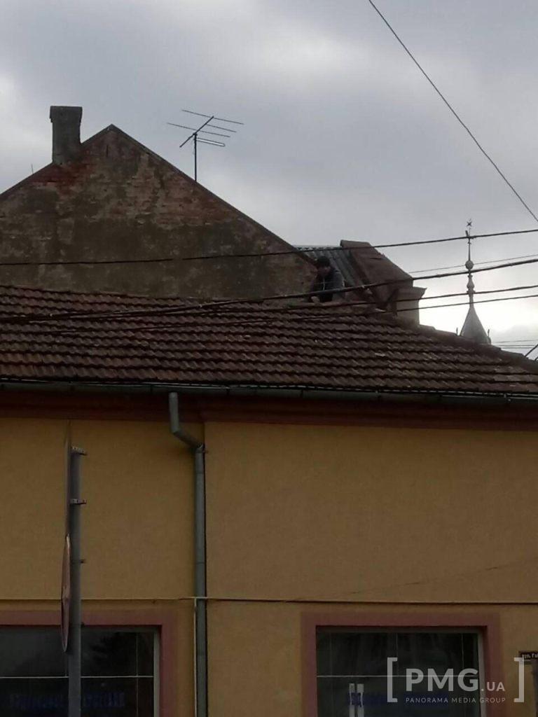 Фото 2 - У Мукачеві невідомий з даху магазину кидав у перехожих черепицю (ФОТО, ВІДЕО)