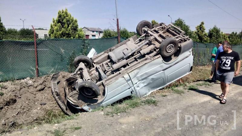 Моторошна аварія у Мукачеві: мікроавтобус перекинувся на дах